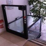 Piattaforma per disabili installata accanto ad una scala